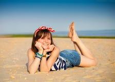 Retrato de la muchacha adolescente hermosa cerca del mar Fotos de archivo