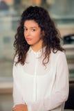 Retrato de la muchacha adolescente hermosa con el pelo rizado Imágenes de archivo libres de regalías