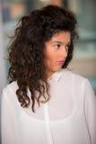 Retrato de la muchacha adolescente hermosa con el pelo rizado Fotografía de archivo