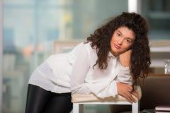 Retrato de la muchacha adolescente hermosa con el pelo rizado Fotos de archivo