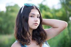 Retrato de la muchacha adolescente hermosa con las gafas de sol en la cabeza Imagen de archivo