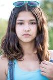 Retrato de la muchacha adolescente hermosa con las gafas de sol en la cabeza Imagenes de archivo