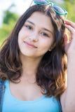 Retrato de la muchacha adolescente hermosa con las gafas de sol en la cabeza Foto de archivo