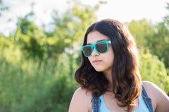 Retrato de la muchacha adolescente hermosa en gafas de sol Imagen de archivo