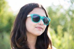 Retrato de la muchacha adolescente hermosa en gafas de sol Foto de archivo libre de regalías