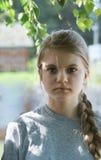 Retrato de la muchacha adolescente hermosa en parque Imagen de archivo