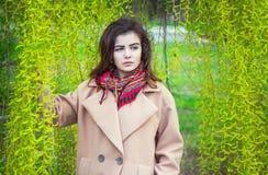 Retrato de la muchacha adolescente hermosa en un parque de la primavera Imágenes de archivo libres de regalías