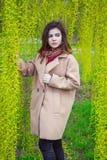 Retrato de la muchacha adolescente hermosa en un parque de la primavera Fotografía de archivo