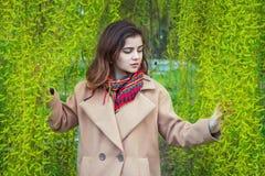 Retrato de la muchacha adolescente hermosa en un parque de la primavera Foto de archivo