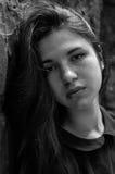 Retrato de la muchacha adolescente hermosa joven con el pelo largo en un fondo de una pared de piedra de un castillo arruinado vi Foto de archivo