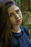 Retrato de la muchacha adolescente hermosa joven con el pelo largo en un fondo de una pared de piedra de un castillo arruinado vi Imagen de archivo libre de regalías