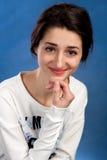 Retrato de la muchacha adolescente hermoso con el pelo negro largo Imágenes de archivo libres de regalías