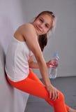 Retrato de la muchacha adolescente juguetona joven con una botella de agua potable Imagen de archivo