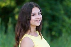 Retrato de la muchacha adolescente linda al aire libre en verano Fotos de archivo libres de regalías
