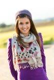 Retrato de la muchacha adolescente linda con la bufanda y la gorrita tejida. Foto de archivo
