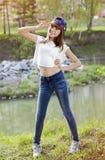 Retrato de la muchacha adolescente linda en el lago cercano al aire libre Fotos de archivo libres de regalías