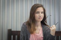 Retrato de la muchacha adolescente melancólica con los vidrios Imagenes de archivo