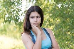 Retrato de la muchacha adolescente melancólica en la naturaleza Imagen de archivo libre de regalías