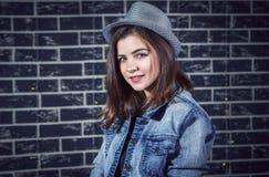 Retrato de la muchacha adolescente morena sonriente hermosa Imagenes de archivo