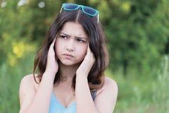 Retrato de la muchacha adolescente que piensa en un problema en la naturaleza Fotografía de archivo