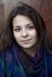 Retrato de la muchacha adolescente seria joven en bufanda Imágenes de archivo libres de regalías