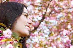 Retrato de la muchacha adolescente sobre cerezo del japonés del jardín de la naturaleza Foto de archivo libre de regalías