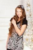 Retrato de la muchacha adolescente sonriente bastante de pelo largo en vestido en la internacional Imagenes de archivo