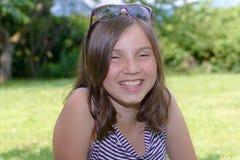 Retrato de la muchacha adolescente sonriente de los jóvenes hermosos, al aire libre Fotografía de archivo