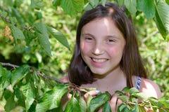 Retrato de la muchacha adolescente sonriente de los jóvenes hermosos, al aire libre Foto de archivo libre de regalías