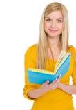 Retrato de la muchacha adolescente sonriente del estudiante con el libro Fotografía de archivo