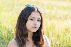 Retrato de la muchacha adolescente triste en la naturaleza Fotos de archivo