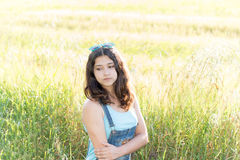 Retrato de la muchacha adolescente triste en la naturaleza Imagenes de archivo