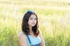 Retrato de la muchacha adolescente triste en la naturaleza Foto de archivo libre de regalías