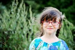 Retrato de la muchacha adorable del niño en vidrios imagen de archivo
