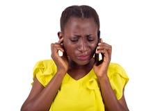 Retrato de la muchacha africana con el teléfono móvil fotografía de archivo libre de regalías