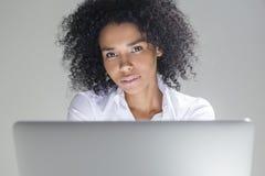 Retrato de la muchacha africana magnífica en oficina Imagen de archivo libre de regalías