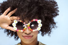 Retrato de la muchacha africana sonriente con las gafas de sol Fotografía de archivo libre de regalías