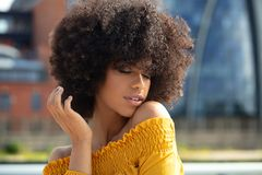 Retrato de la muchacha afro en la ciudad foto de archivo