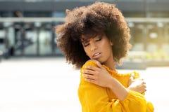 Retrato de la muchacha afro en la ciudad foto de archivo libre de regalías