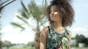 Retrato de la muchacha afroamericana adolescente hermosa en la playa tropical que sonríe a una cámara almacen de metraje de vídeo