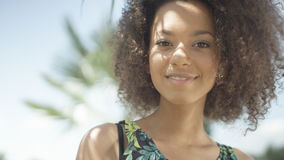 Retrato de la muchacha afroamericana adolescente hermosa en la playa tropical que sonríe a una cámara Fotografía de archivo libre de regalías