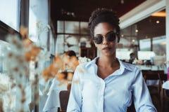 Retrato de la muchacha afroamericana en restaurante de lujo Fotos de archivo
