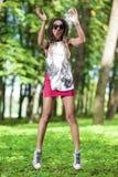 Retrato de la muchacha afroamericana feliz y activa del adolescente que hace un salto Fotos de archivo libres de regalías