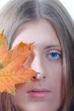 Retrato de la muchacha agradable con una hoja de arce Imágenes de archivo libres de regalías