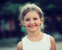 Retrato de la muchacha al aire libre Imagenes de archivo