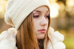 Retrato de la muchacha al aire libre en otoño Fotografía de archivo