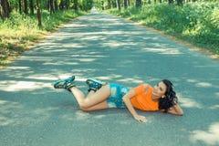 Retrato de la muchacha alegre loca positiva Imagenes de archivo
