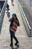 Retrato de la muchacha asiática elegante en la calle Fotografía de archivo
