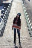 Retrato de la muchacha asiática elegante en la calle Foto de archivo libre de regalías