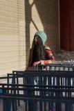 Retrato de la muchacha asiática elegante en la calle Fotos de archivo